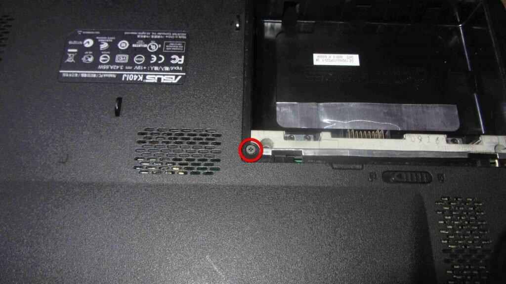 Винт под сервисной крышкой отсека АКБ ноутбука Asus K40