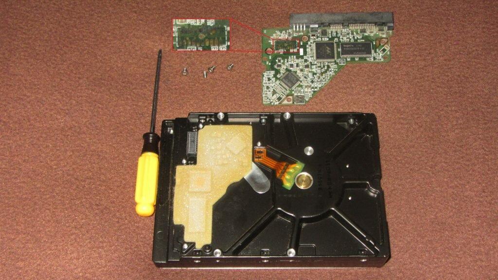 Демонтированная плата управления жесткого диска компьютера